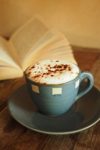 Materace-Dla-Ciebie filiżanka-kawy-z-dużą-ilością-piany-i-za-książki_1286-77